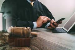 Sprawiedliwość i prawa pojęcie Męski sędzia w sala sądowej z młoteczkiem Obrazy Stock