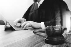 Sprawiedliwość i prawa pojęcie Męski sędzia w sala sądowej z młoteczkiem Fotografia Royalty Free