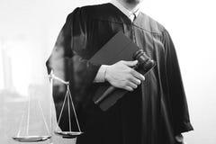 Sprawiedliwość i prawa pojęcie Męski sędzia w sala sądowej z młoteczkiem Fotografia Stock