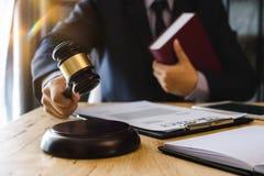 Sprawiedliwość i prawa pojęcie W Sala sądowej męski Sędzia obraz stock