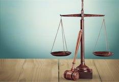 Sprawiedliwość Waży i drewniany młoteczek na drewnianym stole Obraz Stock