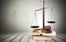 Sprawiedliwość Waży, książki i młoteczek na drewnianym stole Obraz Royalty Free