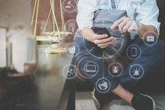 Sprawiedliwości i prawa kontekst Męski prawnik ręki obsiadanie na kanapie i wor zdjęcie stock