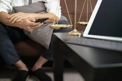 Sprawiedliwości i prawa kontekst Męski prawnik ręki obsiadanie na kanapie i wor obrazy stock
