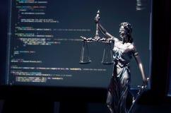 Sprawiedliwości statua z kodem na monitoru przyrządzie w tle Zdjęcie Royalty Free