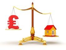 Sprawiedliwości równowaga z funtem i domem (ścinek ścieżka zawierać) Zdjęcie Stock