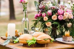 Sprawnie dekoracja z kwiatami, jedzenie w sosnowym lesie Fotografia Royalty Free