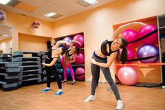 Sprawność fizyczna, szkolenie, aerobiki i ludzie pojęć, Piękne kobiety ćwiczy aerobiki w sprawność fizyczna klubie obrazy stock