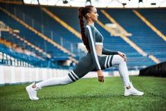 Sprawności fizycznej kobieta na stadium Zdrowy sporta styl życia Sportowa młoda kobieta w sport odzieży robi sprawności fizycznej fotografia stock