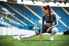 Sprawności fizycznej kobieta na stadium Zdrowy sporta styl życia Sportowa młoda kobieta w sport odzieży robi sprawności fizycznej zdjęcie royalty free