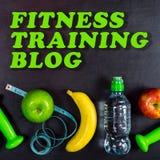 Sprawność fizyczna blogu stażowy pojęcie Dumbbell, masaż piłka, jabłka, banan, bidon i pomiarowa taśma na czarnym tle, obraz royalty free