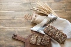 Sprawność fizyczna chleb Bochenek świeży nieociosany cały żyto chleb, pokrajać na drewnianej desce, wiejski karmowy tło Odgórny w Obrazy Stock