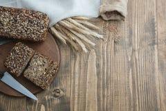 Sprawność fizyczna chleb Bochenek świeży nieociosany cały posiłku żyta chleb, pokrajać na drewnianej desce, wiejski karmowy tło k Fotografia Stock