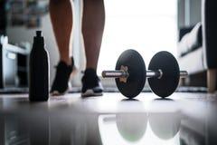 Sprawność fizyczna, domowy trening i ciężaru stażowy pojęcie, zdjęcie stock