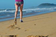 Sprawność fizyczna i bieg na plaży, kobieta biegacz iść na piechotę w butach na piasku blisko morza, zdrowego stylu życia i sport Obrazy Royalty Free