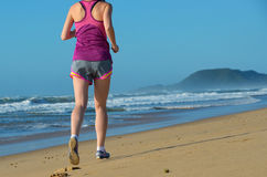 Sprawność fizyczna i bieg na plaży, kobieta biegacz iść na piechotę w butach na piasku blisko morza, zdrowego stylu życia i sport Zdjęcie Royalty Free