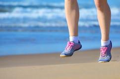 Sprawność fizyczna i bieg na plaży, kobieta biegacz iść na piechotę w butach na piasku blisko morza, zdrowego stylu życia i sport Obraz Royalty Free