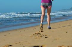 Sprawność fizyczna i bieg na plaży, kobieta biegaczu pracującym na piasku blisko morza, zdrowym stylu życia i sporcie, out, Fotografia Royalty Free