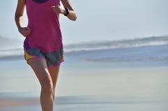 Sprawność fizyczna i bieg na plaży, kobieta biegaczu pracującym na piasku blisko morza, zdrowym stylu życia i sporcie, out, Zdjęcia Stock