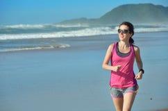 Sprawność fizyczna i bieg na plaży, szczęśliwym kobieta biegaczu jogging na piasku blisko morza, zdrowym stylu życia i sporcie, Obraz Royalty Free