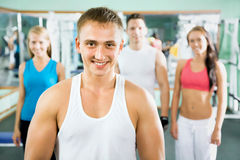 Sprawność fizyczna instruktor z gym ludźmi obraz royalty free