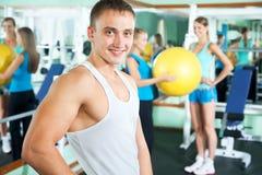 Sprawność fizyczna instruktor z gym ludźmi zdjęcia stock