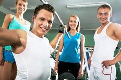 Sprawność fizyczna instruktor z gym ludźmi zdjęcie stock