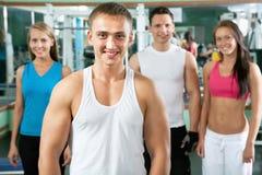 Sprawność fizyczna instruktor z gym ludźmi fotografia royalty free