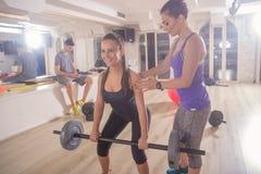 Sprawność fizyczna instruktora dwa kobiet pokazuje ludzie korygujący pękatego Wei obraz royalty free