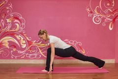 Sprawność fizyczna lub joga grupujemy, kobieta robi ćwiczeniu Obrazy Royalty Free