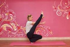 Sprawność fizyczna lub joga grupujemy, kobieta robi ćwiczeniu Obraz Royalty Free