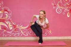 Sprawność fizyczna lub joga grupujemy, kobieta robi ćwiczeniu Obrazy Stock
