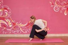 Sprawność fizyczna lub joga grupujemy, kobieta robi ćwiczeniu Fotografia Royalty Free