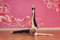 Sprawność fizyczna lub joga grupujemy, kobieta robi ćwiczeniu Zdjęcia Royalty Free