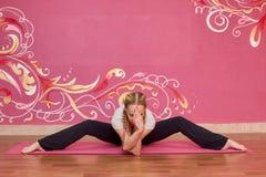 Sprawność fizyczna lub joga grupujemy, kobieta robi ćwiczeniu Zdjęcie Royalty Free