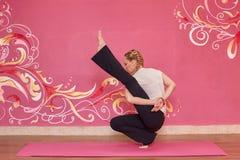 Sprawność fizyczna lub joga grupujemy, kobieta robi ćwiczeniu Zdjęcie Stock