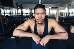 Sprawność fizyczna mężczyzna odpoczywa w gym po treningu Obrazy Royalty Free