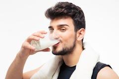 Sprawność fizyczna mężczyzna pije mleko obrazy royalty free