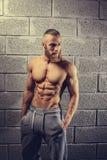 Sprawność fizyczna mężczyzna pozuje w gym klubie fotografia stock