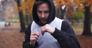 Sprawność fizyczna mężczyzna robi rozciąganiu ćwiczy plenerowego Młody człowiek sprawności fizycznej trening plenerowy zdjęcie wideo