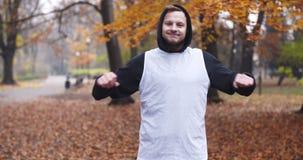 Sprawność fizyczna mężczyzna robi rozciąganiu ćwiczy plenerowego Młody człowiek sprawności fizycznej trening plenerowy zbiory