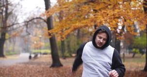 Sprawność fizyczna mężczyzna robi rozciąganiu ćwiczy plenerowego Młody człowiek sprawności fizycznej trening plenerowy zbiory wideo