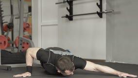 Sprawność fizyczna mężczyzna robi Ups w gym Męski robi ćwiczenie na górnej części klatce piersiowej ciało Zdjęcia Stock