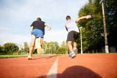 Sprawność fizyczna silni mężczyzna jogging na działającej ulicie tropią fotografia stock