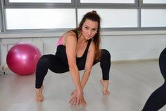 Sprawność fizyczna, sport, ćwiczy styl życia - w średnim wieku kobieta w bodysuit pozuje przy gym lubi pająka Obrazy Royalty Free