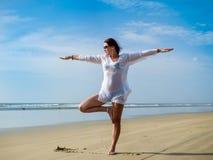 Sprawność fizyczna, sport i styl życia, - dziewczyna robi joga na plaży Zdjęcie Stock