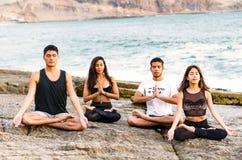 Sprawność fizyczna, sport, joga i zdrowy styl życia pojęcie, - grupa ludzi medytuje w lotosowej pozie fotografia stock