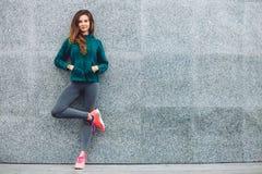 Sprawność fizyczna sporta dziewczyna w ulicie obrazy royalty free