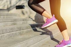Sprawność fizyczna sporta pojęcie, młoda kobieta działająca w górę schodków fotografia royalty free
