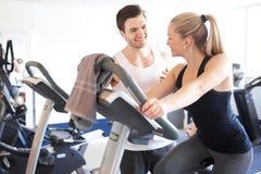 Sprawność fizyczna trener Opowiada kobieta Wśrodku Gym obrazy stock
